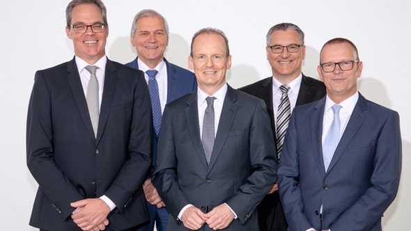 The new Management Board of DEKRA Automobil GmbH: Wolfgang Linsenmaier (Chairman, center), Jann Fehlauer (left) and Guido Kutschera (right). Also in the picture: Stefan Kölbl, CEO of DEKRA and Chairman of the Supervisory Board of DEKRA Automobil GmbH