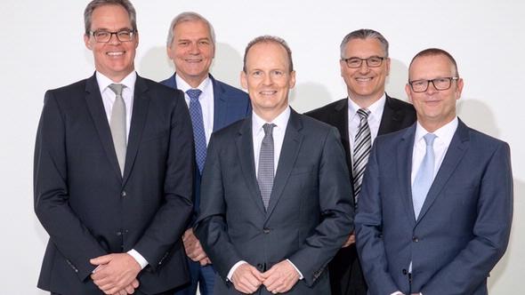Die neue Geschäftsführung der DEKRA Automobil GmbH: Wolfgang Linsenmaier (Vorsitzender, Mitte), Jann Fehlauer (links) und Guido Kutschera (rechts). Mit im Bild Stefan Kölbl, DEKRA Vorstandschef und Vorsitzender des Aufsichtsrats der DEKRA Automobil G