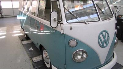 Auf den ersten Blick hat der Bulli aus dem Jahr 1966 eine recht gute Optik. Wer genauer hinschaut, merkt aber, was bei dem Fahrzeug alles im Argen liegt – und das ist eine Menge.