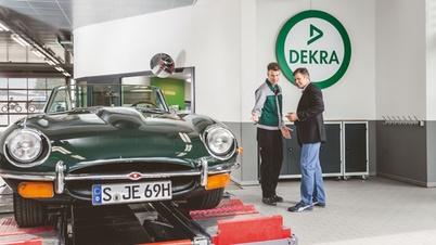 DEKRA Prüfer mit Kunden und Oldtimer