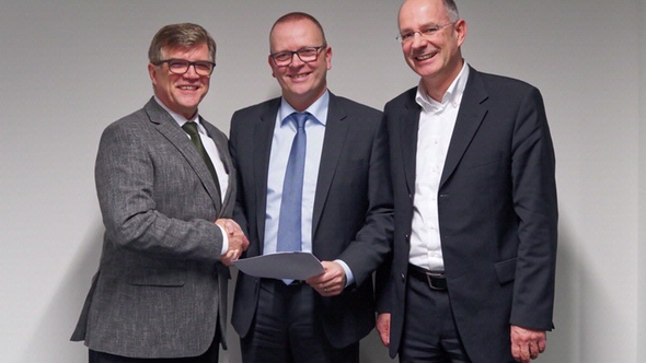 Bauen die Geschäftsbeziehung aus (v.l.): Jens Nietzschmann, Sprecher der DAT-Geschäftsführung; Guido Kutschera, Mitglied der Geschäftsführung der DEKRA Automobil GmbH; Dr. Thilo Wagner, DAT-Geschäftsführer Produkte.