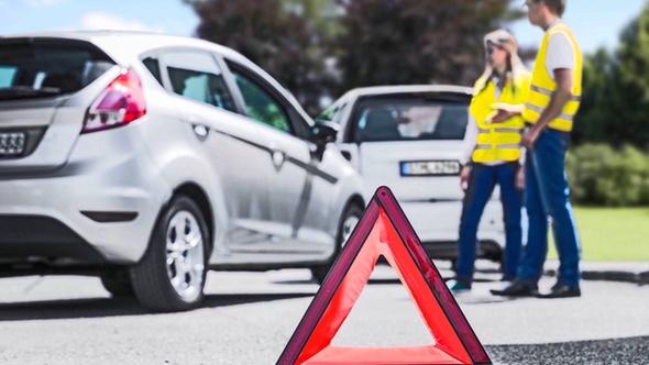 Unfall zwischen zwei Fahrzeugen. DEKRA zeigt was im Falle eines Unfalls zu tun ist.