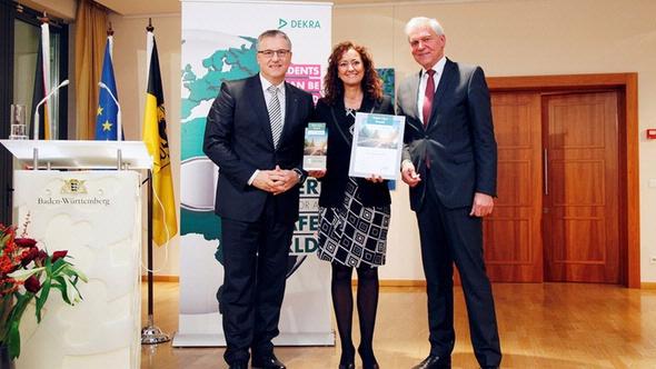 Verleihung des DEKRA Vision Zero Awards in Brüssel: (v.l.n.r.): Stefan Kölbl, Vorsitzender des Vorstands DEKRA e.V. und DEKRA SE; María Dolores Navarro Ruíz, stellvertretende Bürgermeisterin der Stadt Torrejon de Ardoz; Clemens Klinke, Mitglied des V
