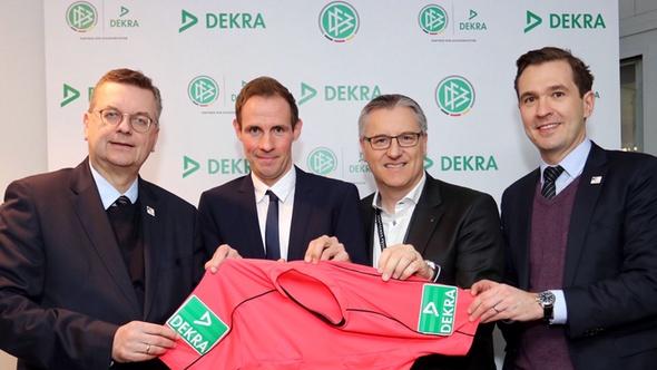 DFB-Präsident Reinhard Grindel, Bundesliga-Schiedsrichter Sascha Stegemann, DEKRA Vorstandschef Stefan Kölbl und DFB-Generalsekretär Dr. Friedrich Curtius (von links) freuen sich über den neuen Vertrag.