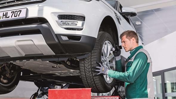 DEKRA Prüfer bei der Fahrzeugkontrolle