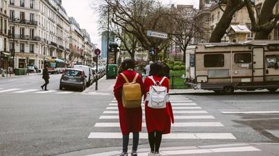 Kinder an einem Fußgängerüberweg