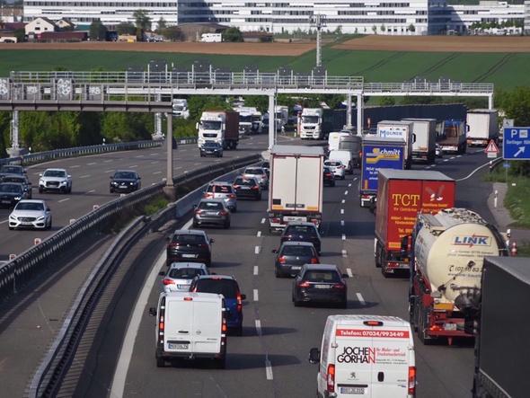Autobahn mit Fahrzeugen