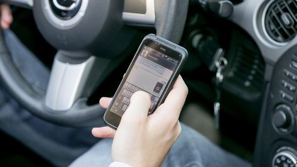 DEKRA zu Ablenkung am Steuer durch Smartphones