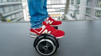 DEKRA Safety Day: Mensch auf einem Hoverboard