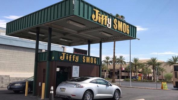 Auto an Jiffy Smog Prüfstelle