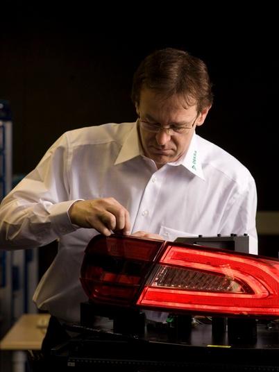 DEKRA Experte im Prüflabor für Autobeleuchtung