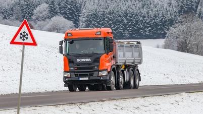 Lkw fährt durch Winterlandschaft