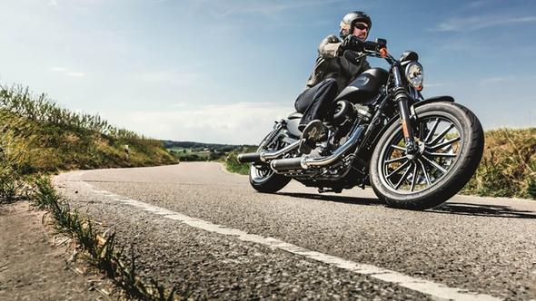 Motorradfahrer auf Straße