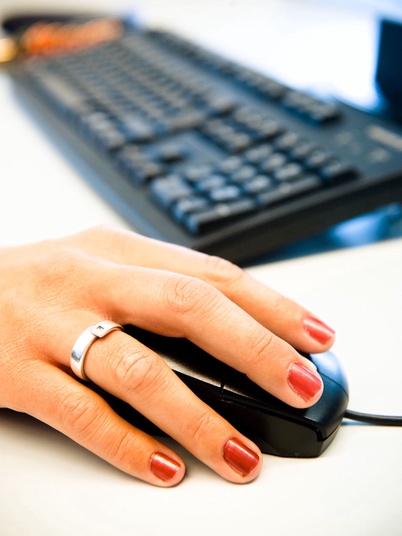 Tastatur mit Hand an der Maus