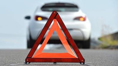 Warndreieck vor einem Auto auf der Straße