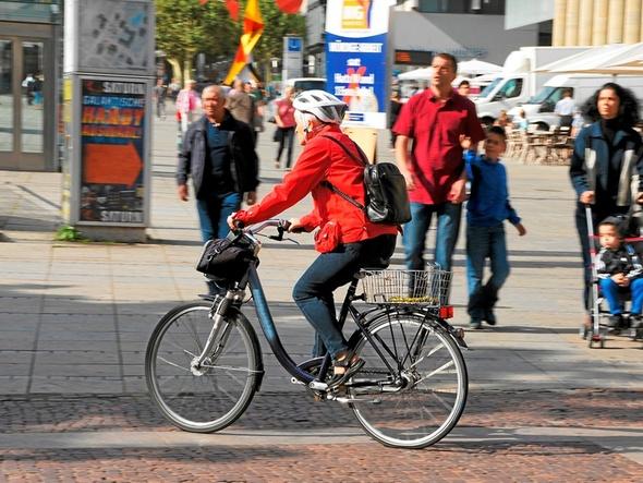 Fahrradfahrer mit roter Jacke