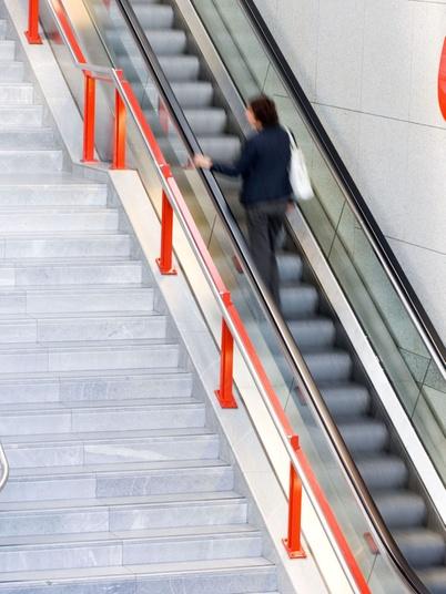 Eine Person auf einer Rolltreppe