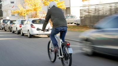 Fahrradfahrer mit dem Pedelec im Straßenverkehr