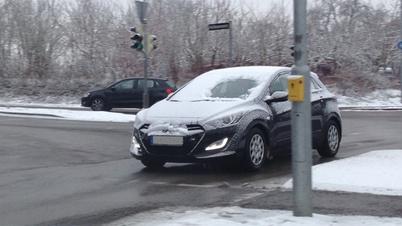 """DEKRA """"Guckloch-Fahrer"""": Ein nicht vom Schnee befreites Auto im Straßenverkehr"""