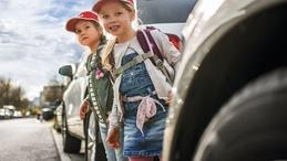 Schulkinder mit DEKRA Kinderkappen im Straßenverkehr - Verkehrssicherheitsreport